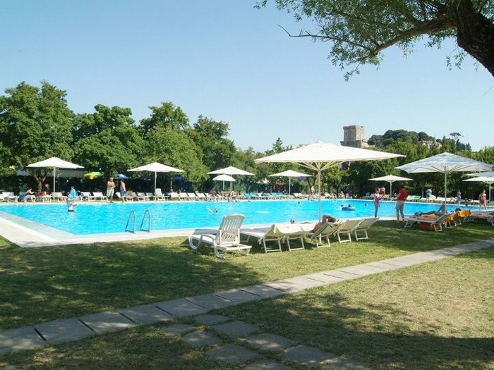 Parco delle piscine sarteano siena for Camping delle piscine sarteano siena